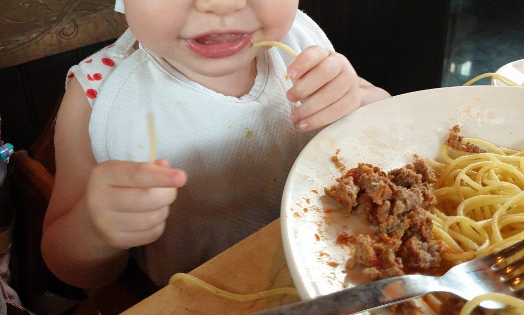 Bebé comiendo espaguetis